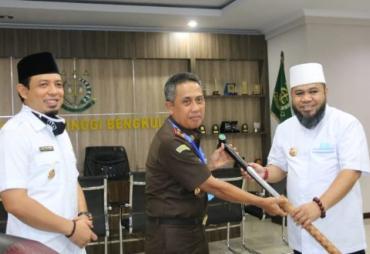 Silaturahmi dengan Kajati, Walikota Berikan Tongkat