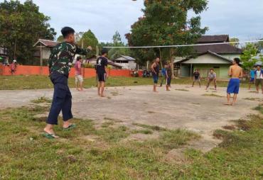 Serka Ardiansyah Sempatkan Olahraga Voli Bersama Warga