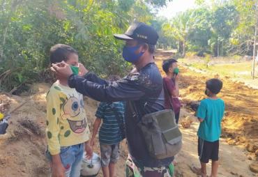 Tak Pakai Masker, Anak-anak Dapat Hadiah Masker dari Serda…