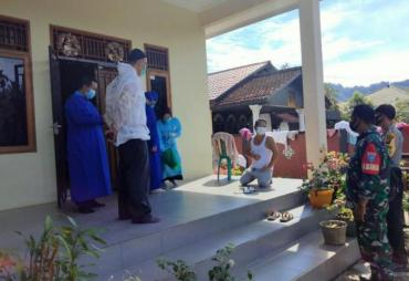 TNI/ Polri Beserta Tenaga Kesehatan Melakukan Pemantauan…