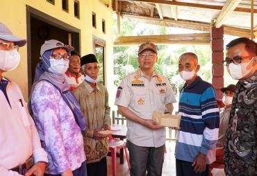 Gubernur Rohidin Salurkan Bantuan Bedah Rumah