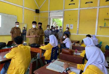 Tinjau PTMT,  Gubernur Rohidin Ingatkan Guru Terus Berikan…